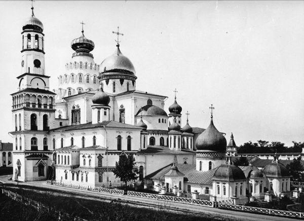Общий вид Воскресенского собора в XIX и в начале XX века