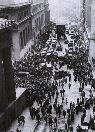 Толпа людей возле Нью-Йоркской фондовой биржи после финансового краха в 1929 г.