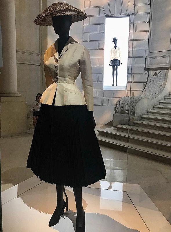 b0ecc03dfb6b6f В нарядах «кутюрье мечты» воплощены его представления о красоте: высокая  грудь, узкие плечи, тонкая талия и пышная юбка почти до щиколоток.