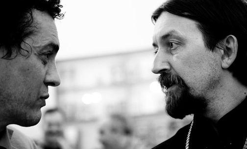 Гор Чахал и протоиерей Максим Козлов на выставке «Двоесловие/Диалог»