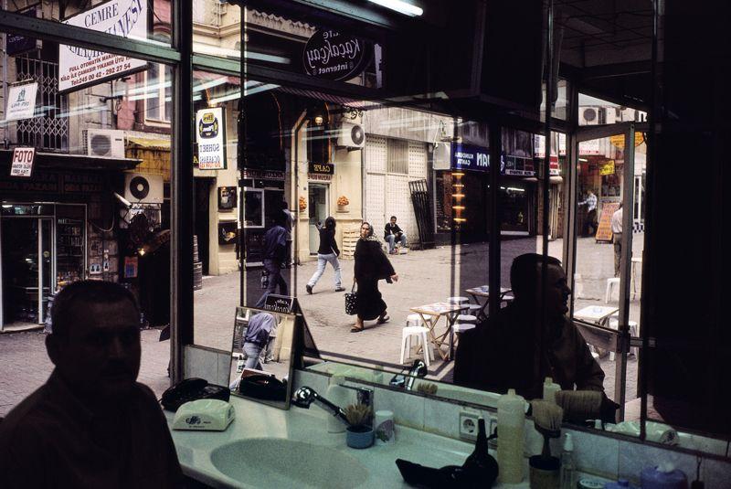 Вид из окна мужской парикмахерской у площади Таксим, Стамбул, Турция, 2001 © Алекс Уэбб/Magnum Photos