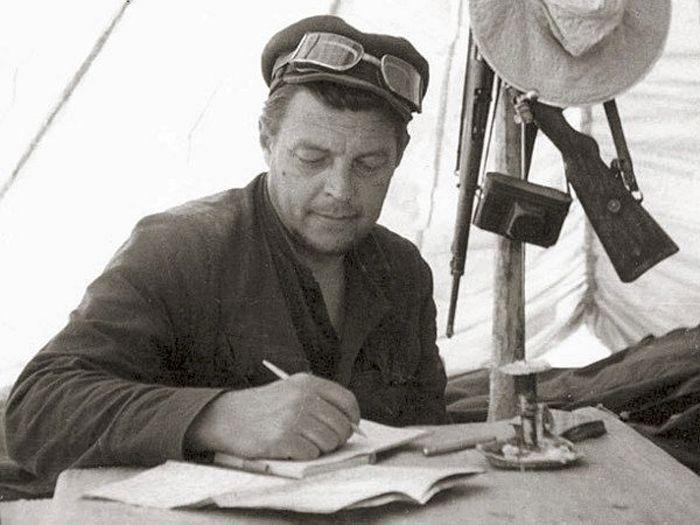 Начальник палеонтологической экспедиции Иван Ефремов в Монголии