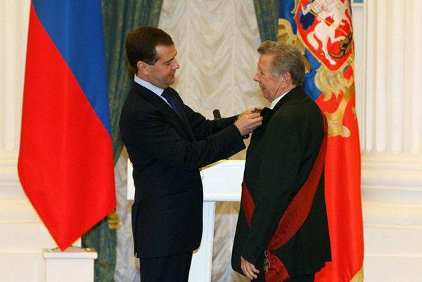 Дмитрий Медведев вручает Евгению Чазову Орден «За заслуги перед Отечеством» I степени, 2009 год