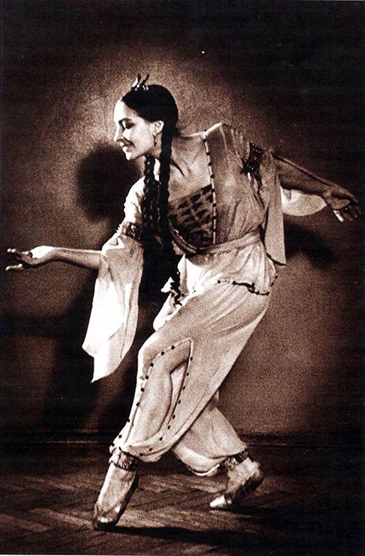Балерина знает очень много поз