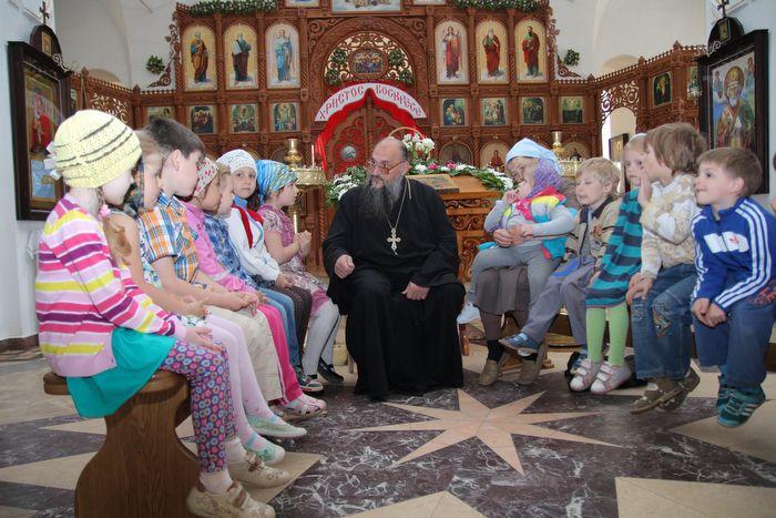 Отец Геннадий с детьми