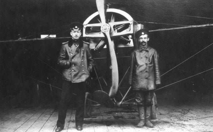 Пётр Нестеров и его механик Нелидов перед полетом, 1910-е