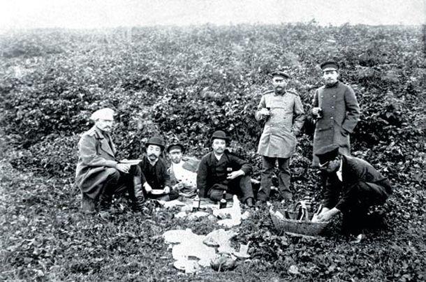 Южный Сахалин. Чехов (стоит справа) на пикнике в честь японского консула, октябрь 1890 г. Фото А. фон Фрикена