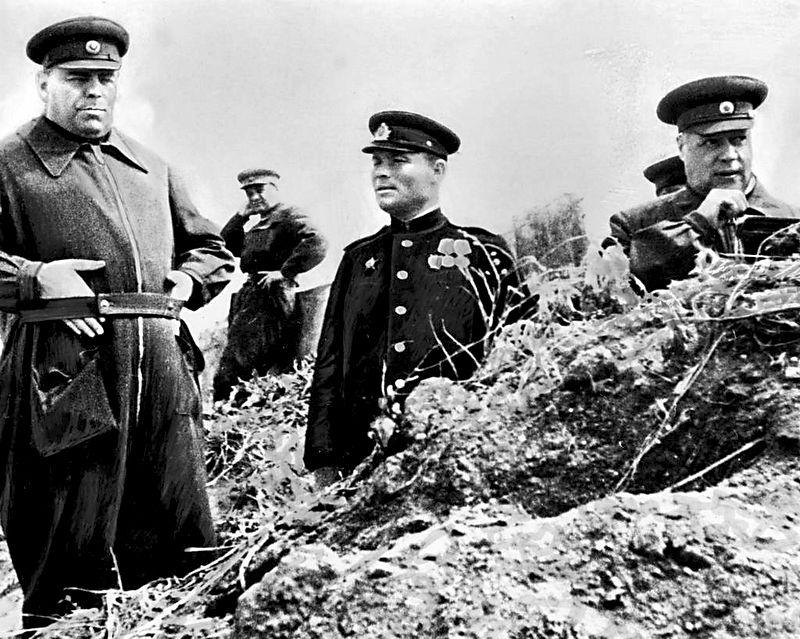 Маршал А. Василевский и командующий  4-м Украинским фронтом Ф. Толбухин. Крым, 1944