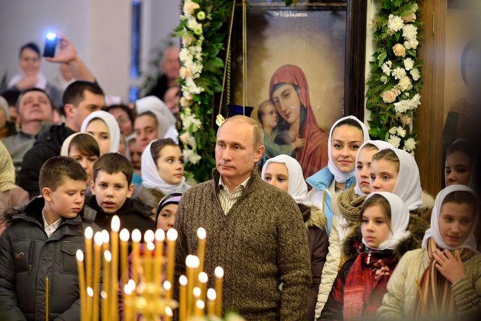 Владимир Путин во время Рождественского богослужения в храме Покрова Пресвятой Богородицы