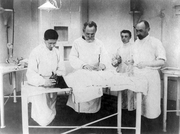 Операция (1904 г.) в первой мире операционной для животных, выстроенной в 1894 г. в ИЭМе.