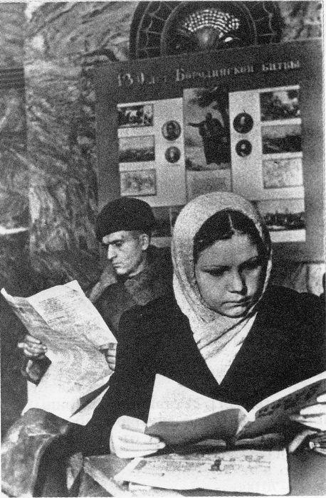 ст. м. Курская. За чтением свежих газет, декабрь 1941