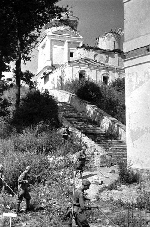 Саперы очищают от мин двор Святогорского монастыря